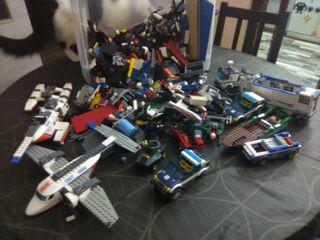 Lote de piezas de Lego en caja llena hasta arriba.