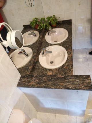 dos lavabos con encimera marmol