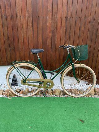 Bicicleta vintage de paseo recién restaurada