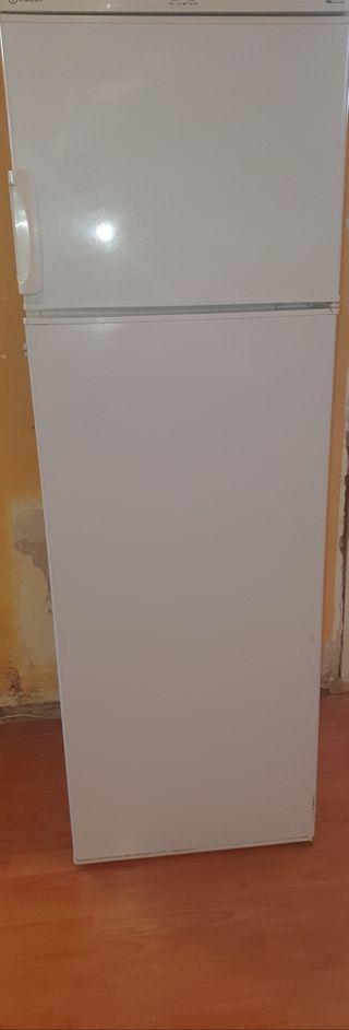vendo frigorifico semi nuevo...Marca indesit