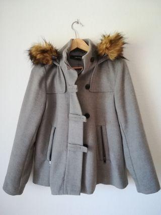 Chaqueta de invierno con capucha.