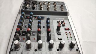 Mesa de mezclas Beringer Xenyx Q802 USB