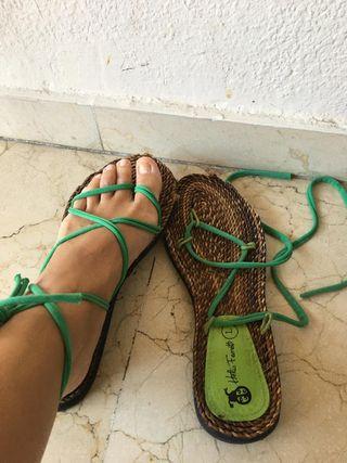 Sandalias planas de esparto y tiras verdes