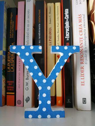 letra Y decorada azul topos blancos