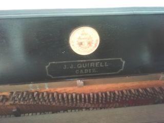 Piano antiguo de pared