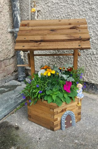 Mini wishing well planter