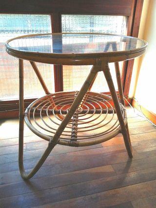 Mesa de mimbre con cristal.
