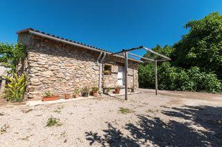 Casa de piedra reformada con un baño y altillo