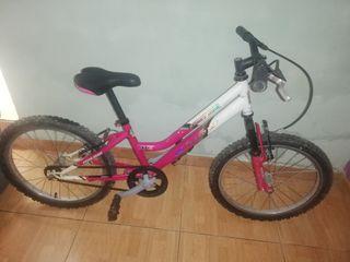 bicicleta para niña y casco