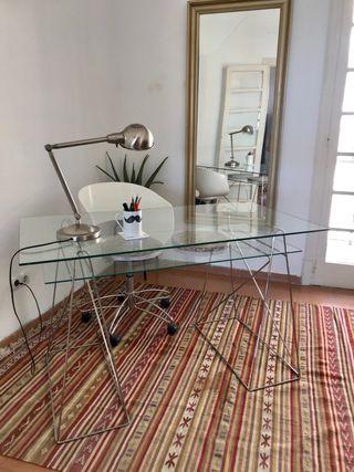 Mesa escritorio y silla ergonómica de diseño