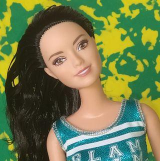 Barbie morena muñeca articulada.