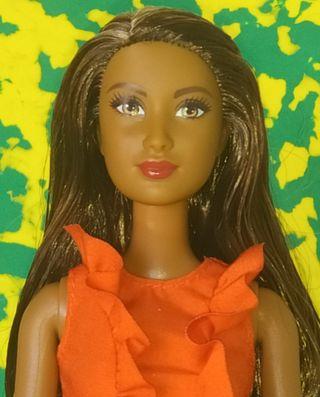 Barbie muñeca negra articulada.