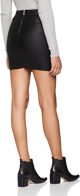 Falda negra corta efecto piel cuero Only talla 38.