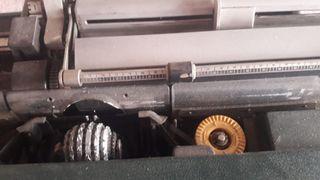 Máquina de escribir eléctrica antigua.