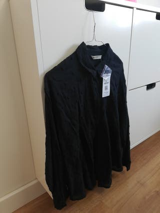 Camisa manga larga topos bordados negra. NUEVA