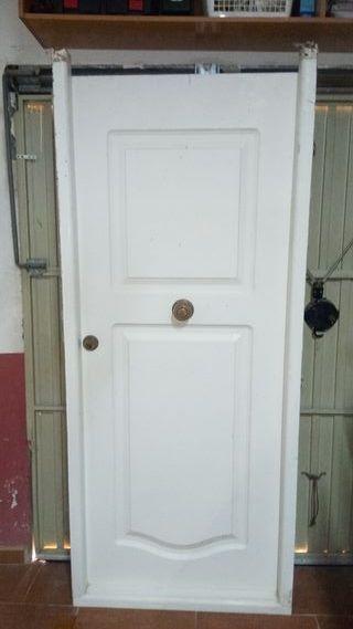 Puerta de seguridad color blanco de hierro
