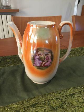 Cafetera antigua de porcelana.