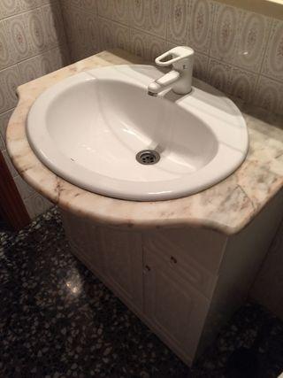 Mueble de baño con grifo ,pila y mueble.