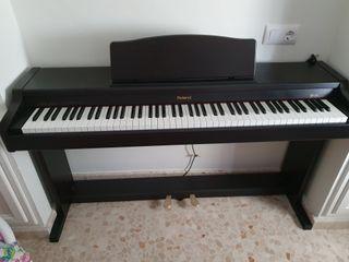Piano vertical Roland digital. Mod: Hp137R.