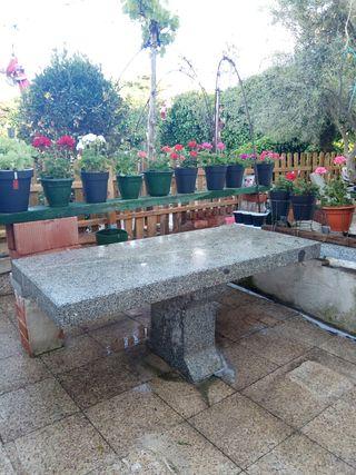 Mesa de piedra y piedra para dos bancos