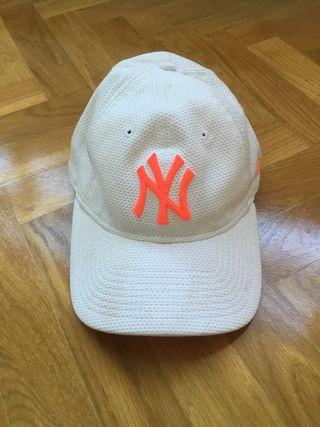 Gorra NY Yankees Blanca con letras rosas
