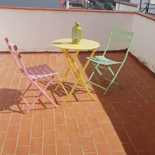 Mesa redonda y sillas terraza