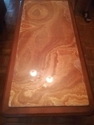 mesa centro de madera y encimera de mármol.