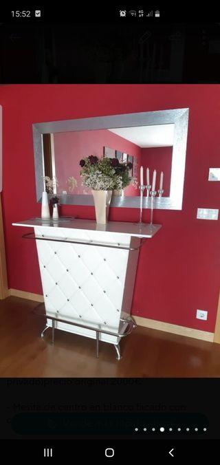 Mueble minibar para salón con espejo.