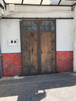 Puertas de madera y hierro