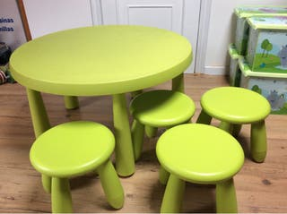 Mesa infantil con 4 taburetes