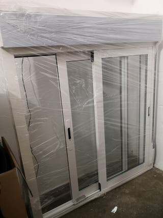 Ventana de aluminio con persiana