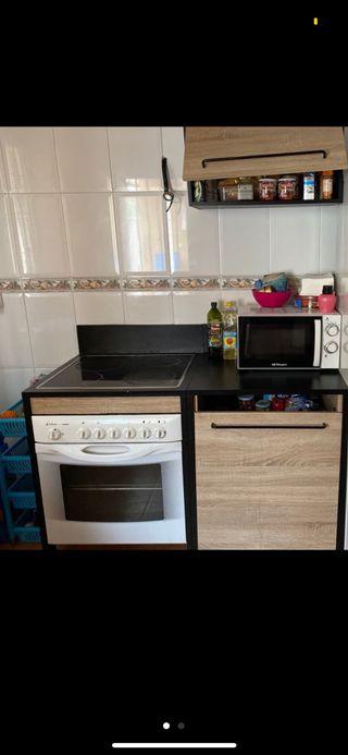 Cocina: muebles, vitroceramica y horno