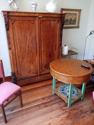 mesa con calefactor y armario