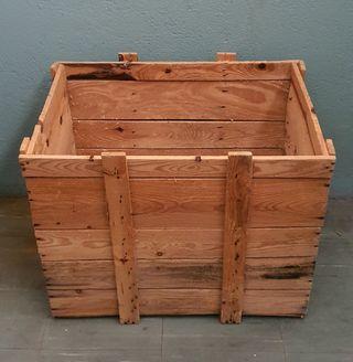 caja de madera gigante antigua