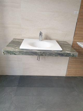 Lavabo Kalahari de Roca y encimera de mármol verde