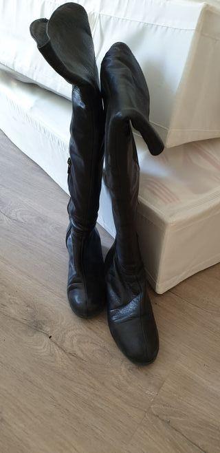 Botas altas de piel.