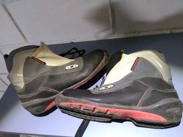 Esquis de fondo con botas y bastones
