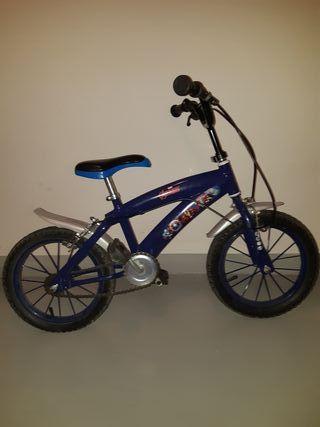 """Bicicleta infantil 14"""" con ruedines."""