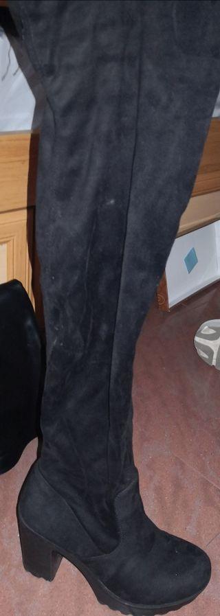 Botas altas negras de terciopelo.