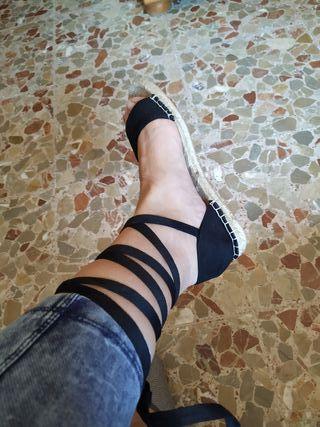 Sandalias planas atadas negras esparto