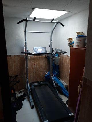 máquina de hacer ejercicio con cinta de correr