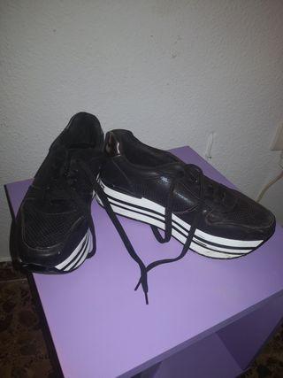 zapatillas negras y blancas