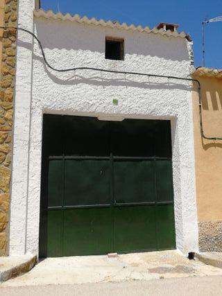 Antiguo garaje con patio, chimenea y establos