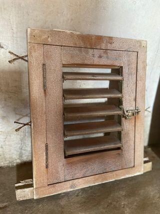 Ventana ventanuco con veneciana madera con marco