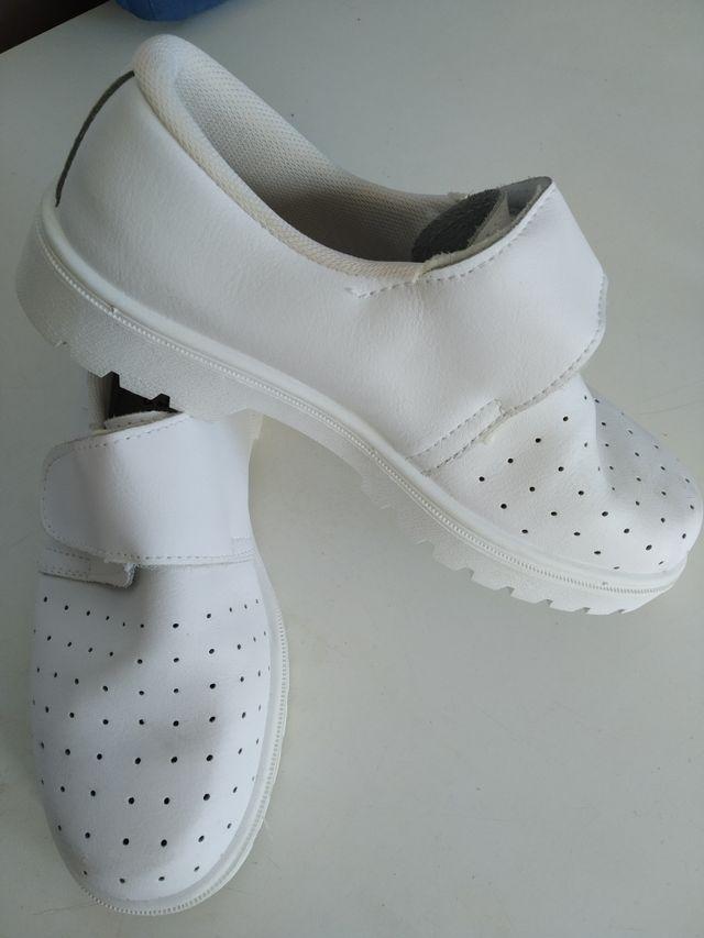 Zapatos blancos sanitarios