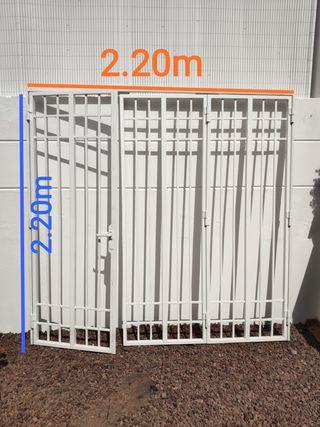 Puerta de hierro abatible por 3 partes. 2.20x2.20