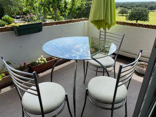 Mesa y cuatro sillas de jardín o cocina
