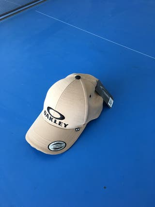 Gorra marrón y negra, marca OAKLEY