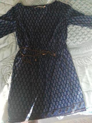 Vestido azul con detalles y cinturón