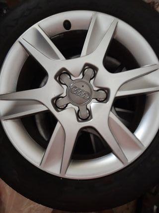 Llantas con neumáticos.